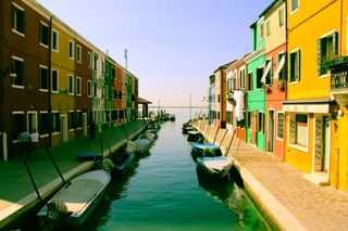 Boats-canal-colorful-2951-525x350