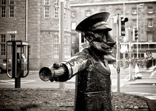Black-and-white-police-statue-4780-492x350